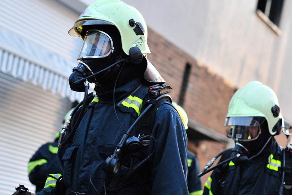 Die herbeigerufenen Kameraden der Feuerwehr zogen einen Experten für ABC-Substanzen hinzu. (Symbolbild)