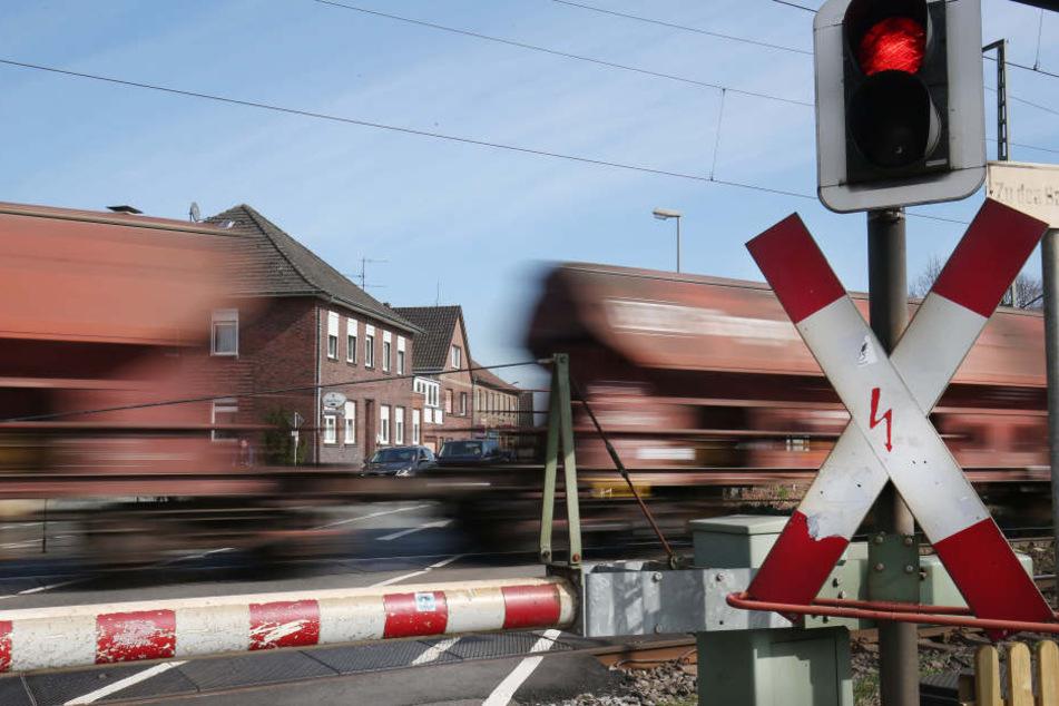 Ein Güterzug fährt über einen Bahnübergang. (Symbolfoto)