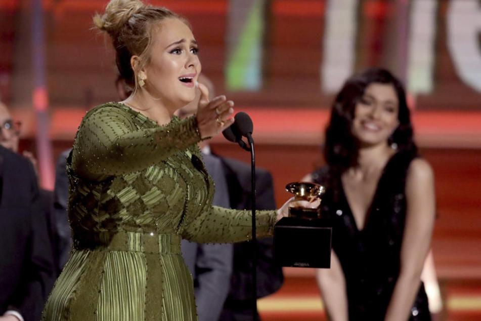 """Die britische Sängerin Adele hat für ihre Pop-Ballade """"Hello"""" den Grammy-Award in der Kategorie bestes Lied des Jahres gewonnen."""