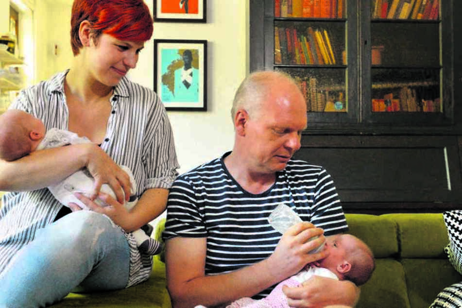 Von kleinauf kümmern sich Elena Pelzer (34 und ihr Mann Jörg (48) gemeinsam um die Zwillinge Tim (l.) und Anna.