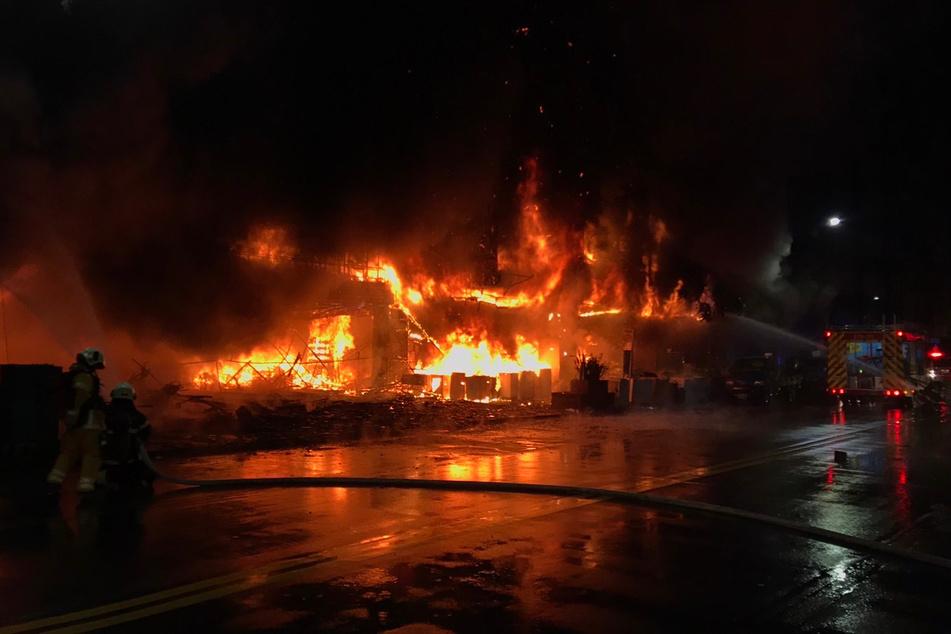 Flammen schlagen aus einem brennenden 13-stöckigen Geschäfts- und Wohngebäude in der Innenstadt.