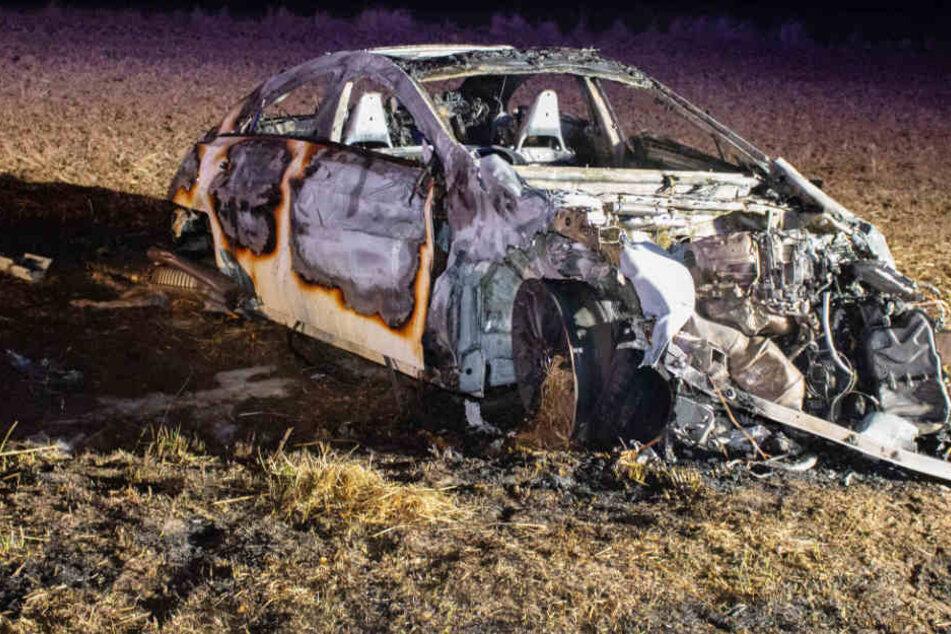 Die Rettungskräfte konnten das Leben der 22-Jährigen nicht retten, das Auto brannte aus.
