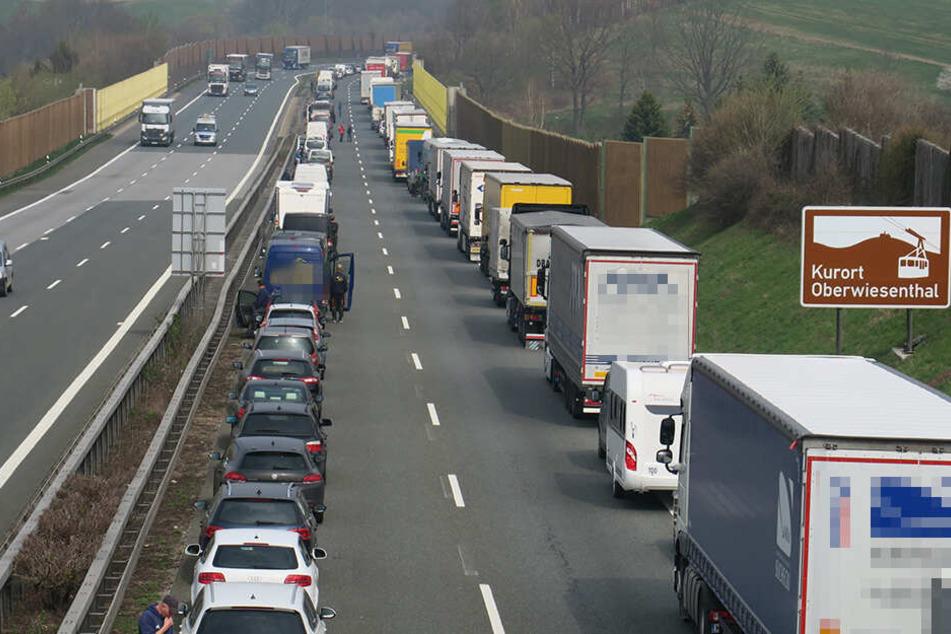 Lasterfahrer stirbt bei Unfall auf A72: Autobahn gesperrt