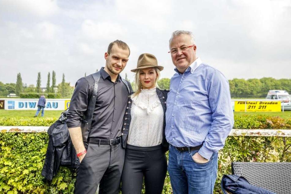 Beim Aufgalopp der Morgenpost klappte die Kommunikation noch: Eric Stehfest  mit seiner Frau Edith und Event-Profi Frank Schröder (v.l.).