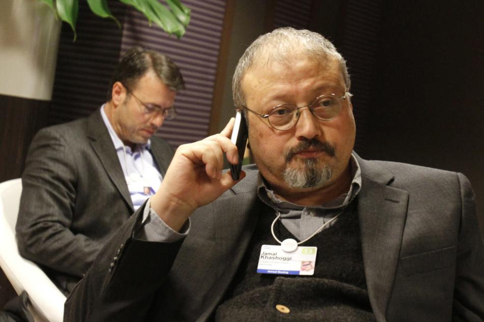 Der saudische Journalist Jamal Khashoggi telefoniert während des Weltwirtschaftsforums in Davos.