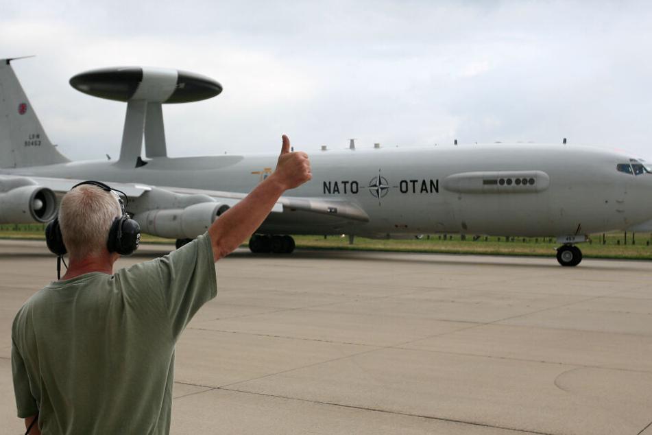 Ein Techniker verabschiedet ein AWACS-Boeing-Aufklärungsflugzeug der NATO auf dem Flughafen Geilenkirchen vor dem Start.