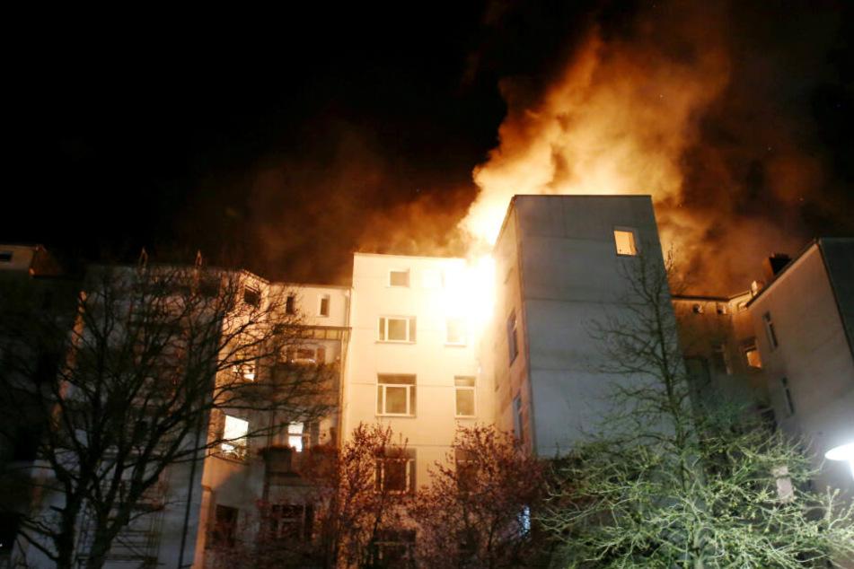 Das Dachgeschoss eines Wohnhauses steht lichterloh in Flammen.