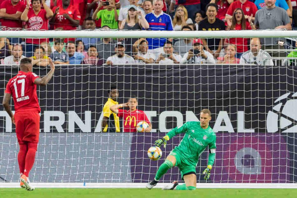 Torhüter Manuel Neuer (33) von Bayern hält einen Ball im Spiel gegen Real Madrid in Houston.