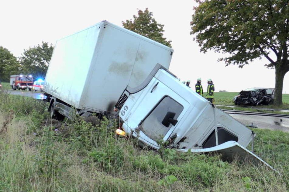 Der Lastwagen landete im Graben.