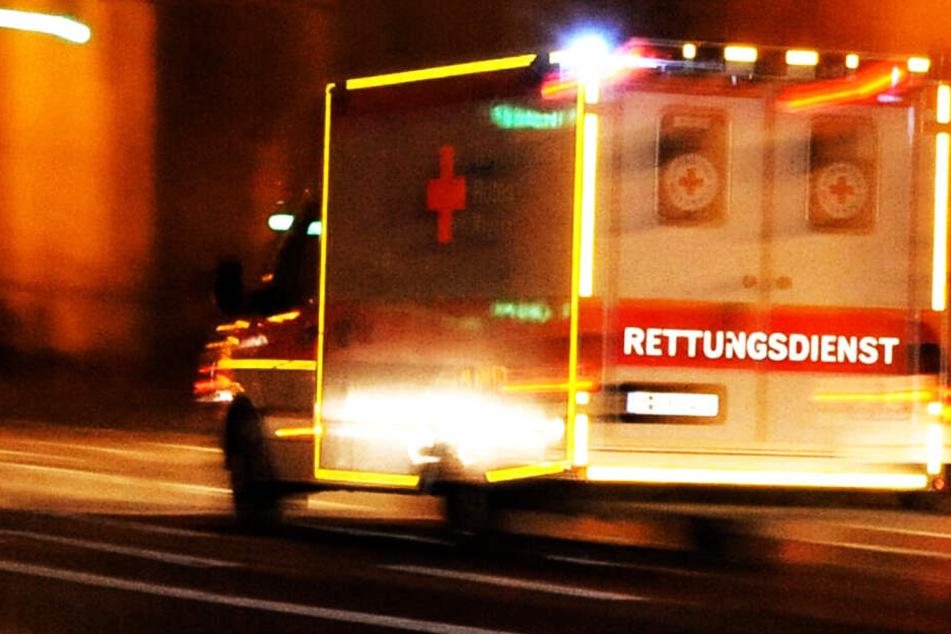 Schwerer Unfall: BMW überschlägt sich, dreiköpfige Familie in Wrack eingeklemmt