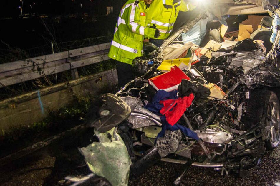 Tödlicher Unfall: Auto rast ungebremst in Lkw, der unerlaubt am Fahrbahnrand parkt