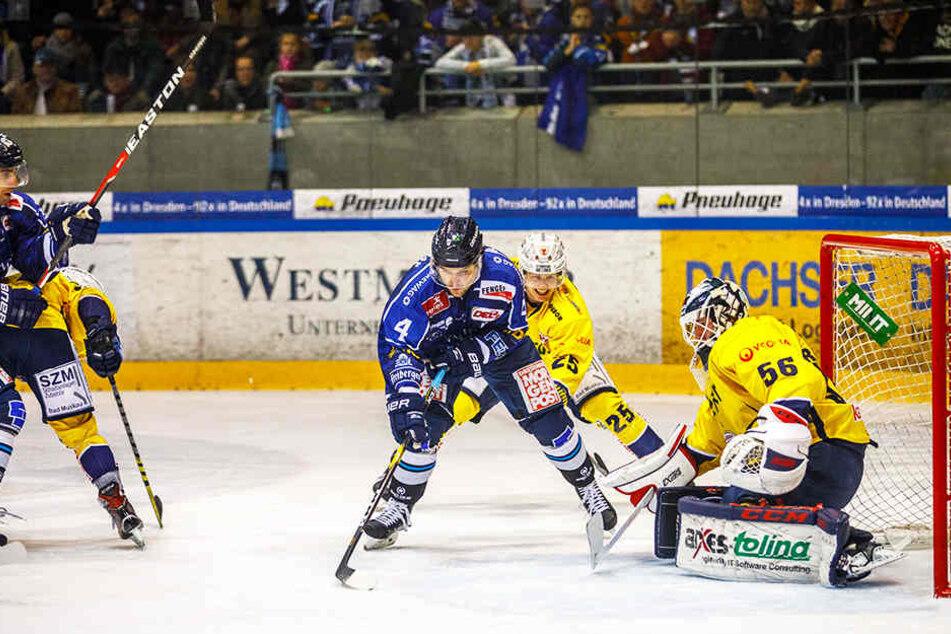 Eislöwen-Verteidiger Steve Hanusch (l.) hatte vier Riesenchancen, scheiterte aber viermal an Füchse-Keeper Max Franzreb.