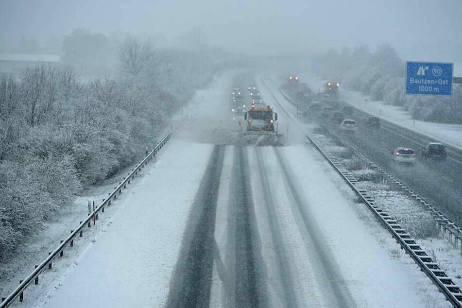 Winterdienst auf der A4 auf Höhe AS Bautzen-Ost.