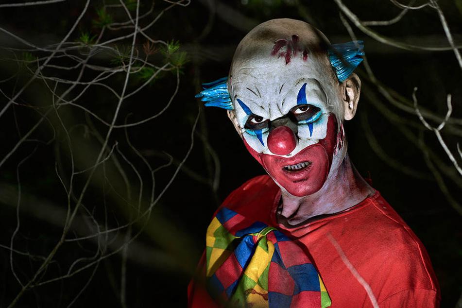 Horror-Clowns springen auf die Straße und verursachen schweren Unfall