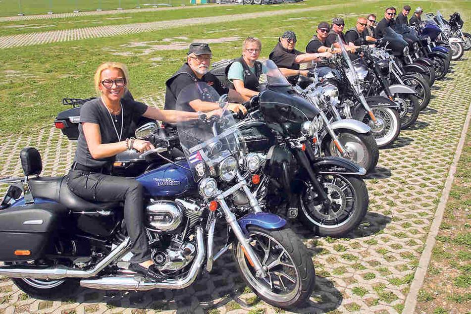 Szene-Treff! Harley-Biker röhren in der Rinne