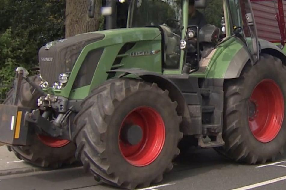 Fahrer im Auto von Traktor zerquetscht: Tot