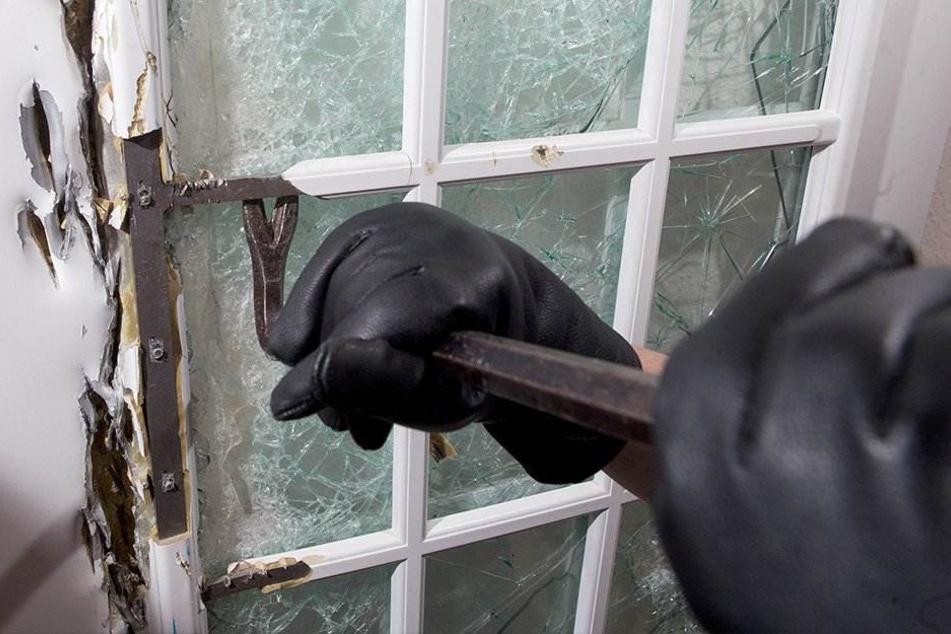 Einbrecher machten sich an einer Balkontür zu schaffen und stiegen so in eine Wohnung in der Comeniusstraße ein. (Symbolbild)