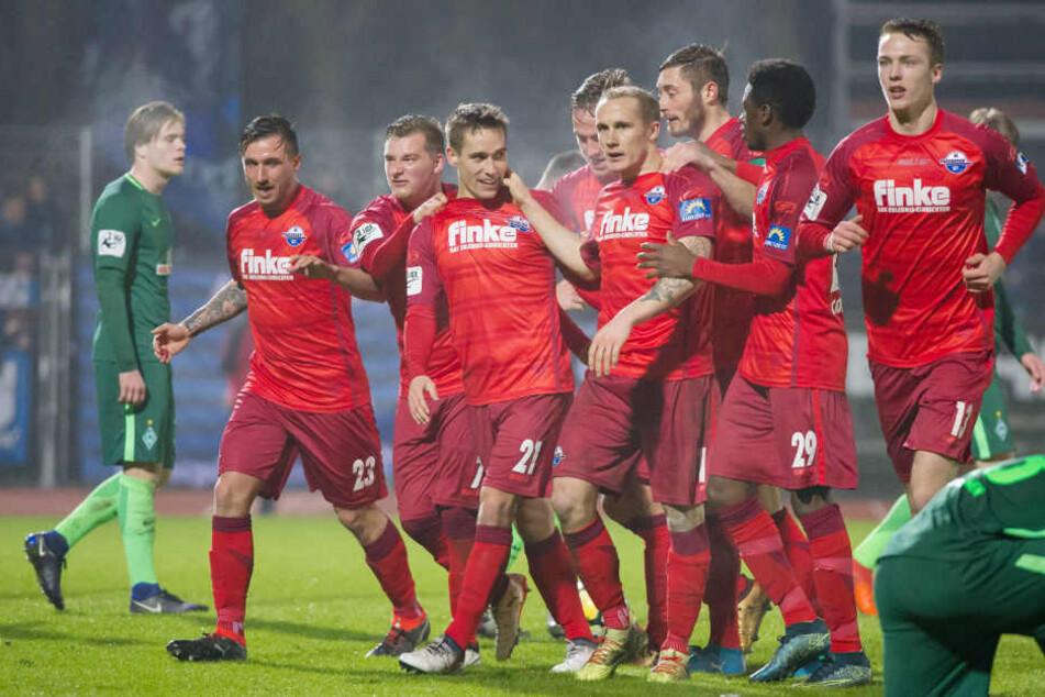 Das ganze Team feiert den Treffer zum 1:0 von Philipp Klement.