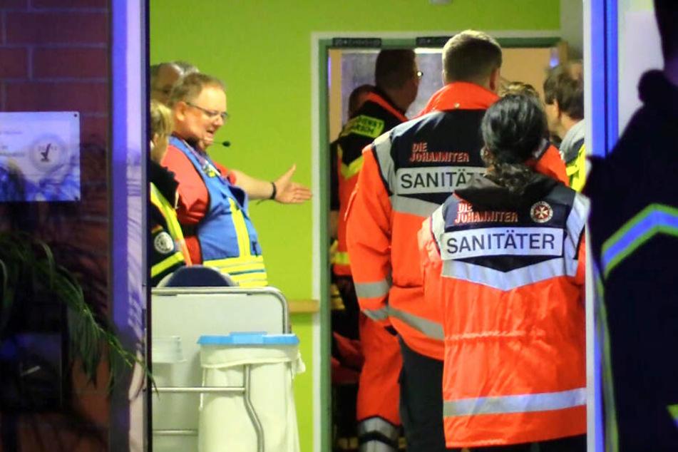 Sanitäter betreten das Seniorenwohnheim.