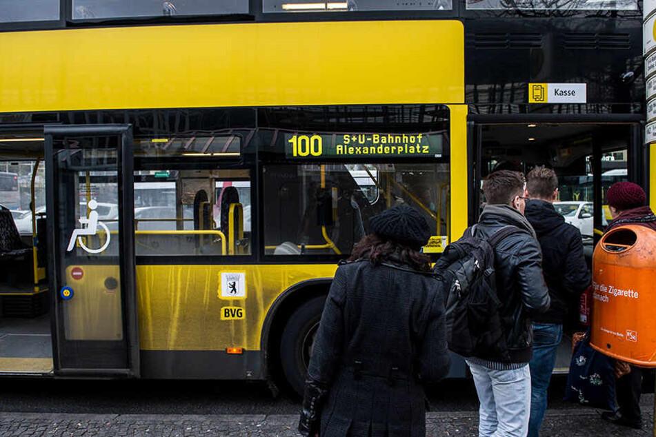 Ein Busfahrer hat eine ältere Frau aus dem Bus geschmissen. Sie hat einen dunkelhäutigen Mann den einzigen freien Sitzplatz verweigert. (Symbolbild)