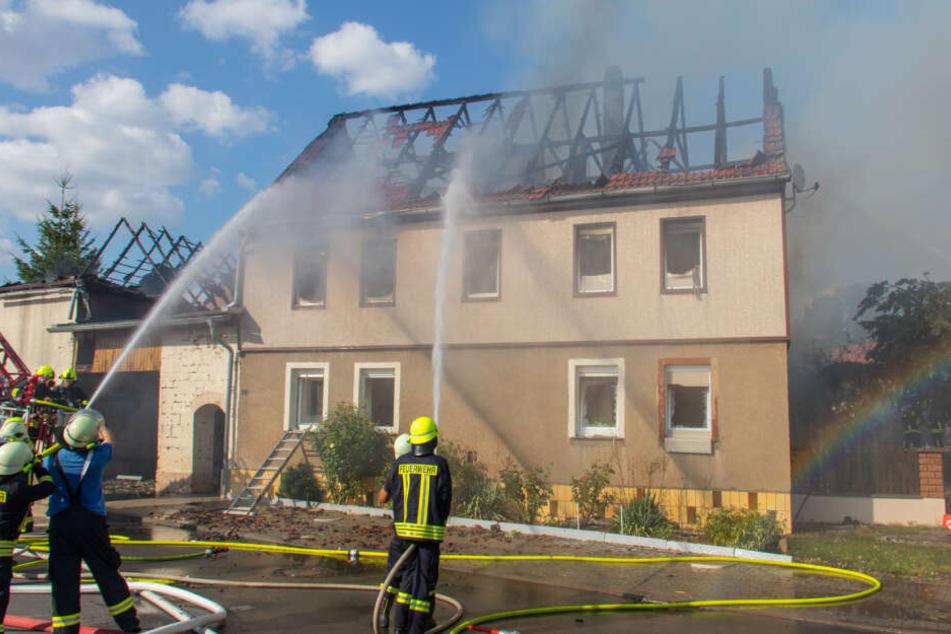 Wehren aus dem ganzen Umkreis versuchten die Flammen unter Kontrolle zu bekommen.