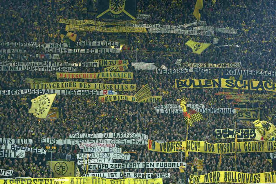 Szenen wie in Dortmund will der FC Augsburg mit seinen Plakat-Kontrollen verhindern.