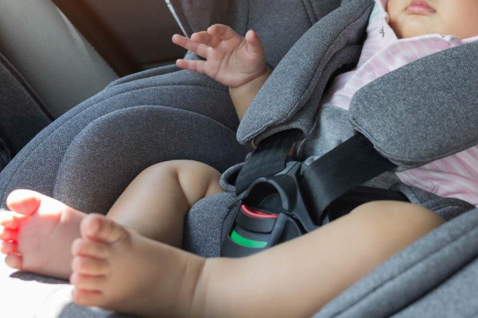 Den Kindersitz mit seiner Tochter stellte der Mann hinter dem Auto ab. (Symbolbild)