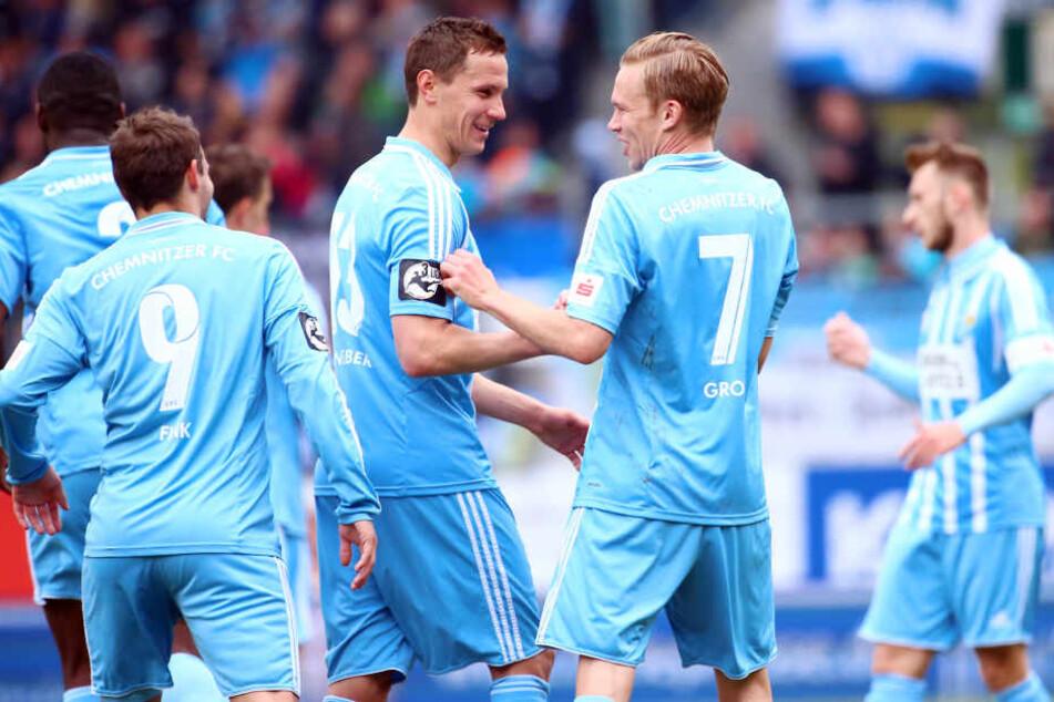 Torjubel nach dem Treffer zum 1:0 durch Torschütze Dennis Grote (r.) mit Tim Danneberg.