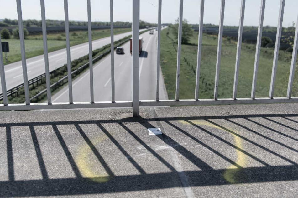Markierungen auf einer Brücke über der Autobahn A7 erinnern an einen Steinwurf von einer Autobahnbrücke auf der A7 bei Flensburg. Die Fahrerin des Wagens war schwer verletzt worden.