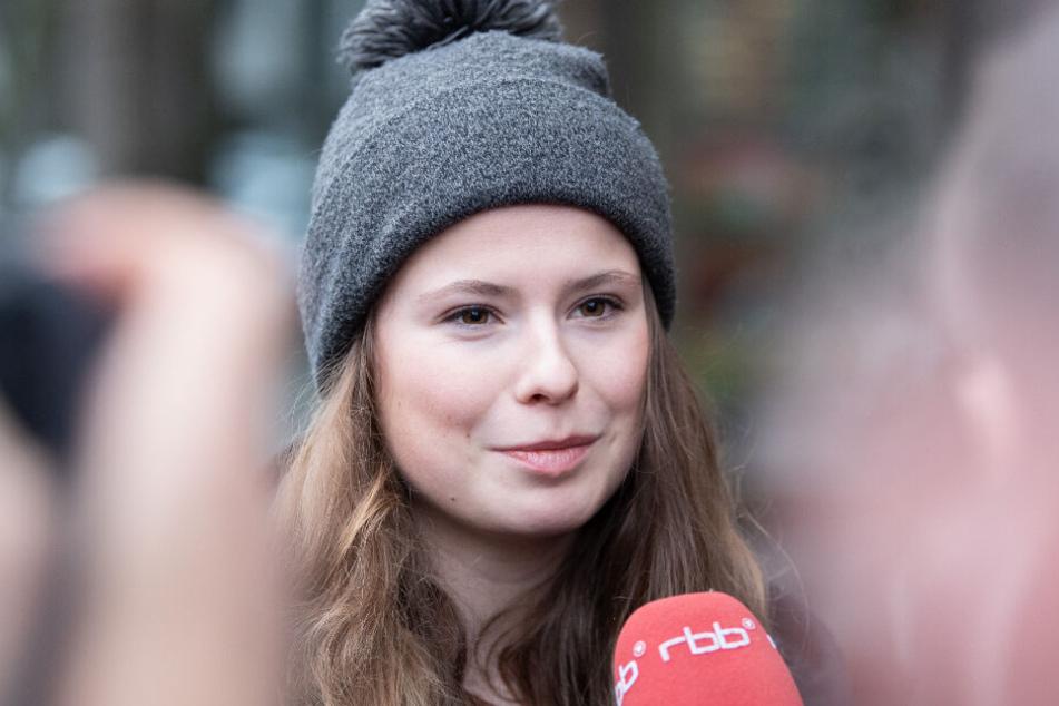 Luisa Neubauer, Fridays-for-Future-Aktivistin, beantwortet nach einem Gespräch mit Siemens-Chef Kaeser nahe der Berliner Firmenzentrale Fragen von Journalisten.