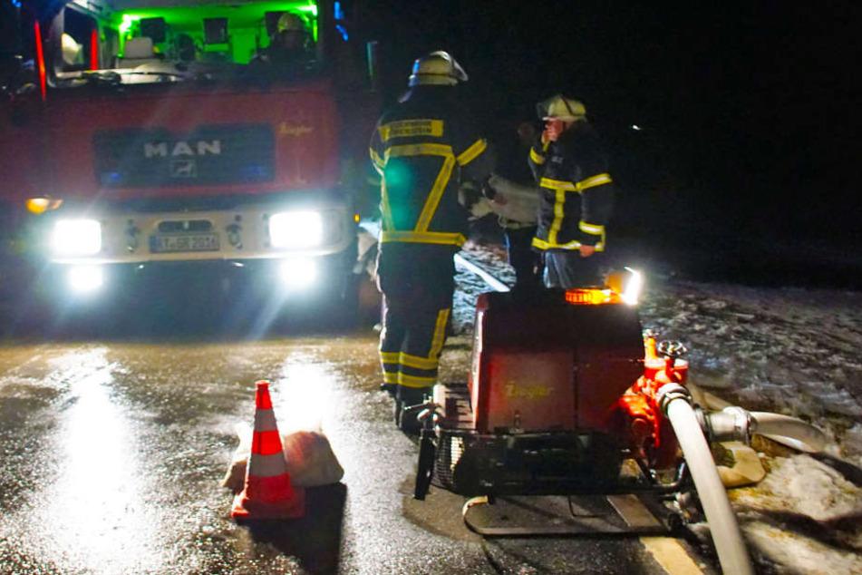 Mit einem kilometerlangen Wasserschlauch retteten die Feuerwehreinsatzkräfte die Tiere vor dem Verdursten.
