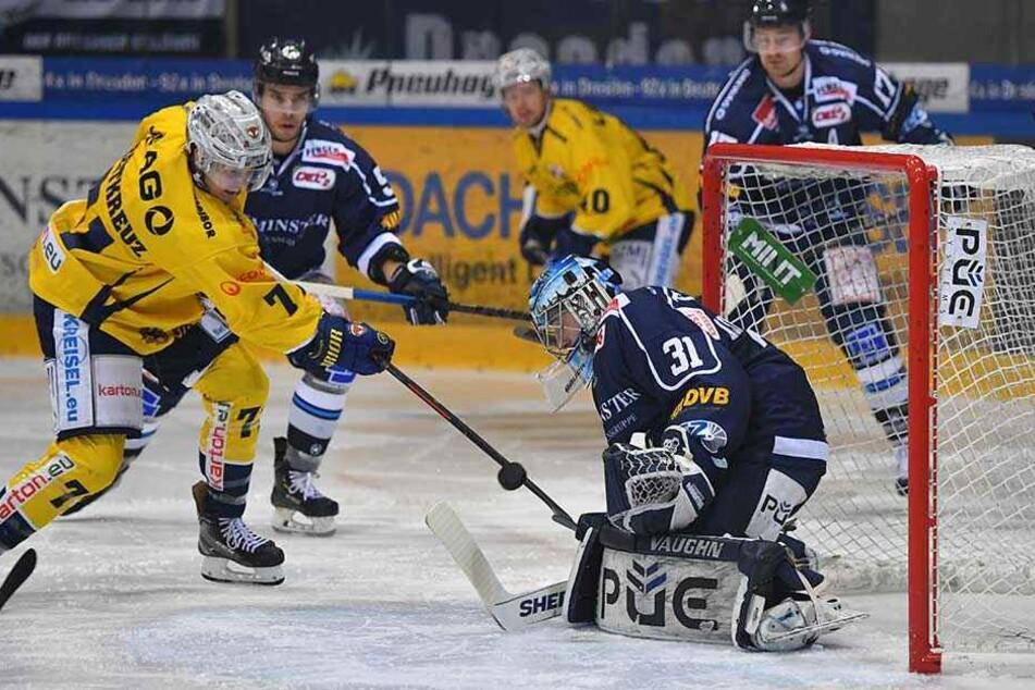 Clarke Breitkreuz von den Füchsen verzieht gegen Goalie Marco Eisenhut.