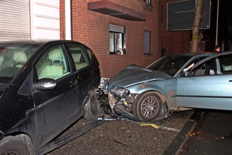 Komplett zertrümmert: Mann fährt völlig betrunken in geparkte Autos