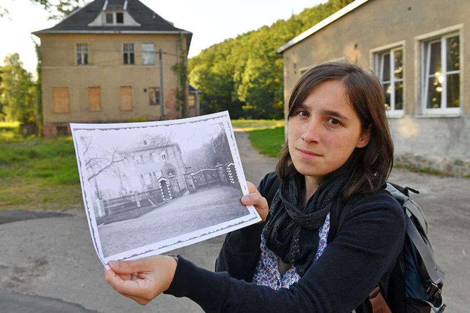 Vorstandsvorsitzende Anna Schüller mit historischen Fotos der mittlerweile verfallenen Kommandantenvilla.
