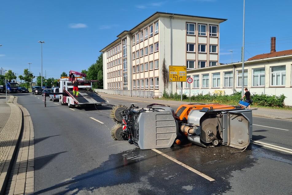 Die Kehrmaschine liegt umgekippt auf der Rackwitzer Straße. An dem Gefährt entstand ein Sachschaden von rund 100.000 Euro.