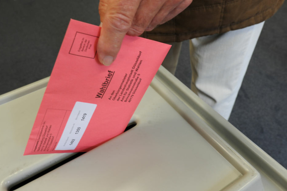 Der Mann unterschrieb seinen Wahlschein. Damit war er ungültig. (Symbolbild)