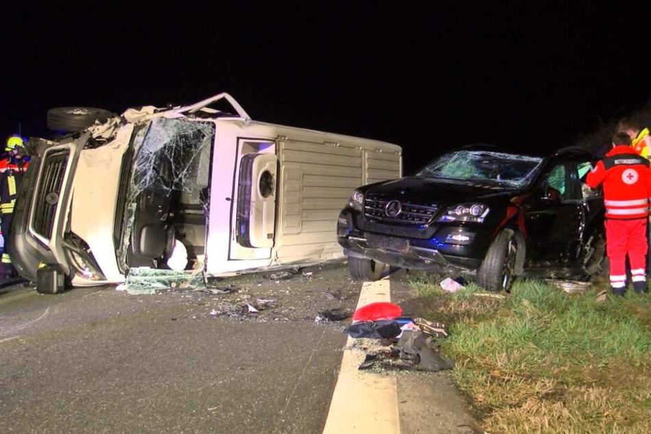 Trümmerfeld auf A3: Transporter kracht auf Mercedes-SUV!