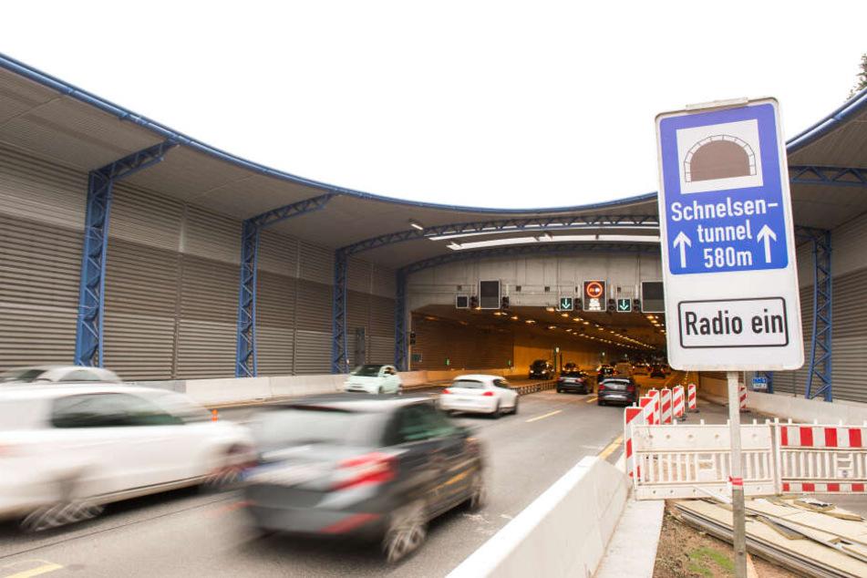 Autos fahren auf der Autobahn 7 bei Schnelsen in den Tunnel mit Lärmschutzdeckel.