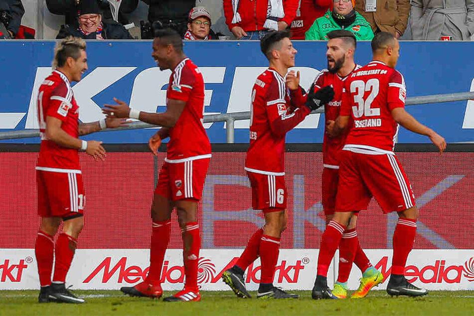 Entscheidender Treffer: Dario Lezcano, Torschütze Roger, Alfredo Morales, RB-Leihgabe Anthony Jung und Marcel Tisserand (v.l.n.r.) feiern nach dem 1:0-Siegtreffer im Hinspiel.