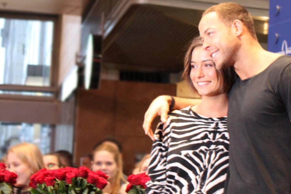 Die Fans und die Kamera lieben den Bachelor und seine Freundin Jennifer, aber auch die zwei genießen das Blitzlichtgewitter sichtlich.