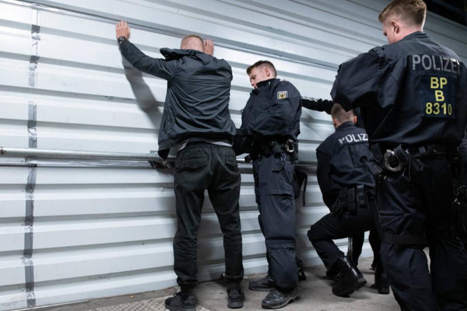 Bundespolizisten durchsuchen im Bahnhof an der Warschauer Straße einen Mann nach Waffen und illegalen Substanzen.