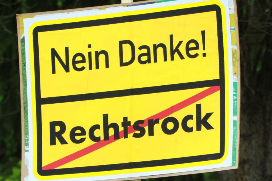 """Ein Schild mit der Aufschrift """"Nein Danke! Rechtsrock"""". (Symbolbild)"""
