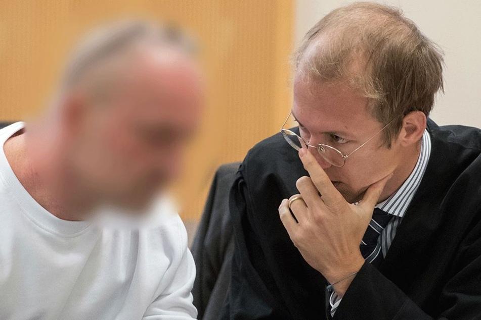 Der Angeklagte Carsten A. spricht am 16. Oktober im Gerichtssaal des Landgerichts in Regensburg(Bayern) mit seinem Verteidiger Maximilian Richter. Der 42 Jahre alte Mann muss sich wegen Mordes vor dem Gericht verantworten.