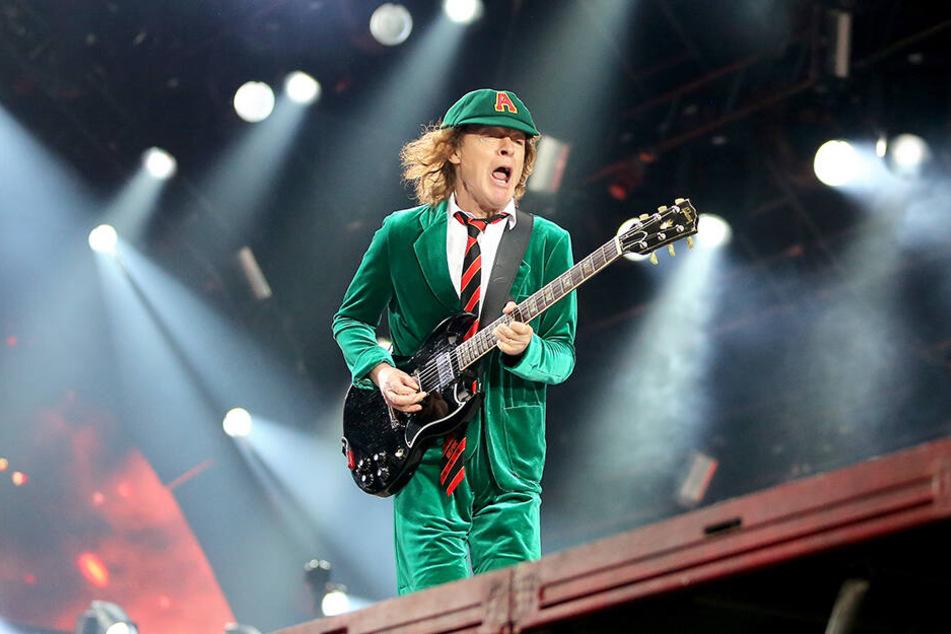 """AC/DC-Leadgitarrist Angus Young spielt am 01.06.2016 beim Konzert von AC/DC mit dem neuen Album """"Rock or Bust"""" in der Red Bull Arena in Leipzig (Sachsen). Die Hard-Rock-Band soll bei der Party auftreten."""