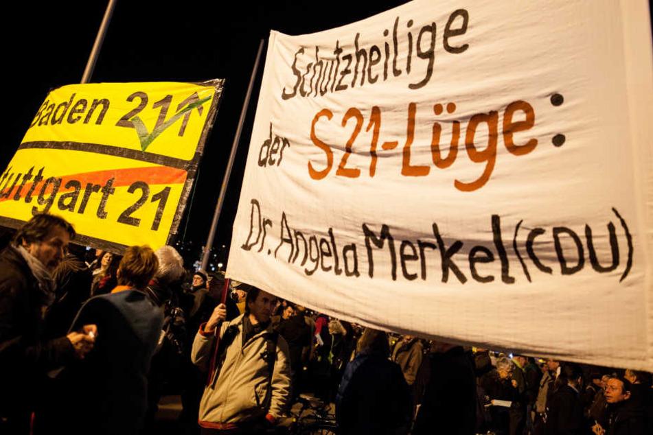 Menschen demonstrieren bei der 300. Montagsdemo vor dem Hauptbahnhof in Stuttgart. (Archivbild)