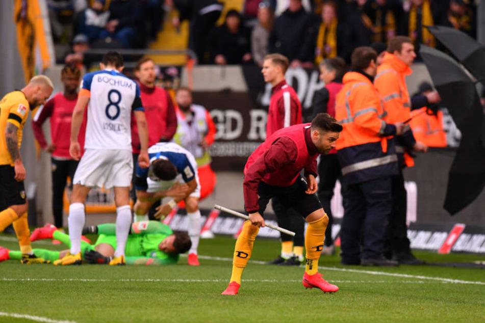 Dynamos Niklas Kreuzer muss beim Einsammeln der Wurfgeschosse in Deckung gehen.