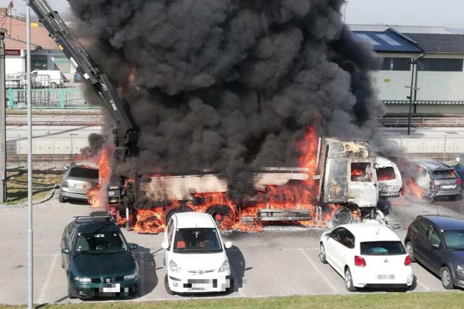 Der Laster stand beim Eintreffen der Floriansjünger komplett in Flammen.