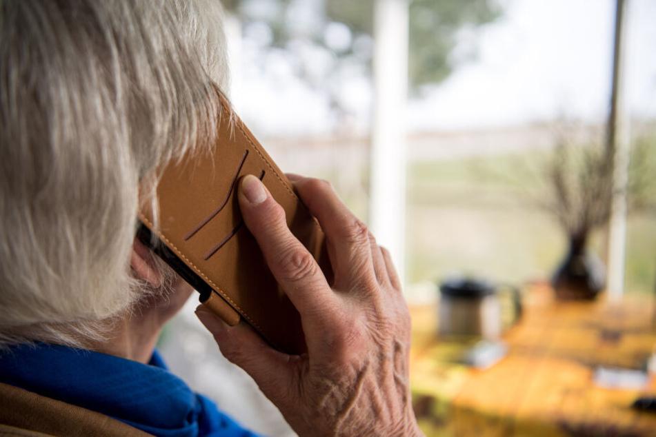 Senior am Telefon (Symbolbild)
