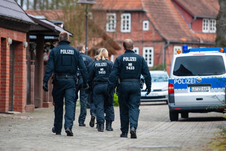 Mehr als 200 Ermittler durchsuchten seit Mittwochmorgen 13 Gebäude in Norddeutschland.