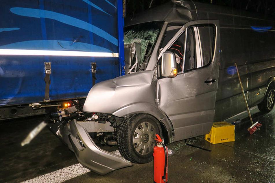 Transporter kracht auf A72 in Lkw: Fahrer eingeklemmt